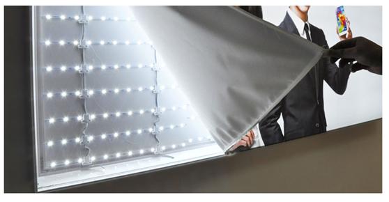 卡布灯箱,别名软膜灯箱。其画面软膜是由聚氯乙烯材料制成,防火级别为B1(中国),防水,防嗮。能长时间保证画面色彩鲜艳,不褪色.软膜具有一定的弹性,故在制作灯箱画面时四周橡胶条缝边,卡在配有U型槽的了铝合金边框上,即方便了安装,又能最大化展示广告画面效果。更使广告显得大气,时尚。但由于软膜具有弹性,也使其在户外的使用范围有一定的局限性。现多用于手机店,服装店,公司背景墙,商场内使用。 无框卡布灯箱发光原理:  无框卡布灯箱更换画面方法及应用:   拉布灯箱,其画面一般采用刀刮布,是由PVC材料制成.